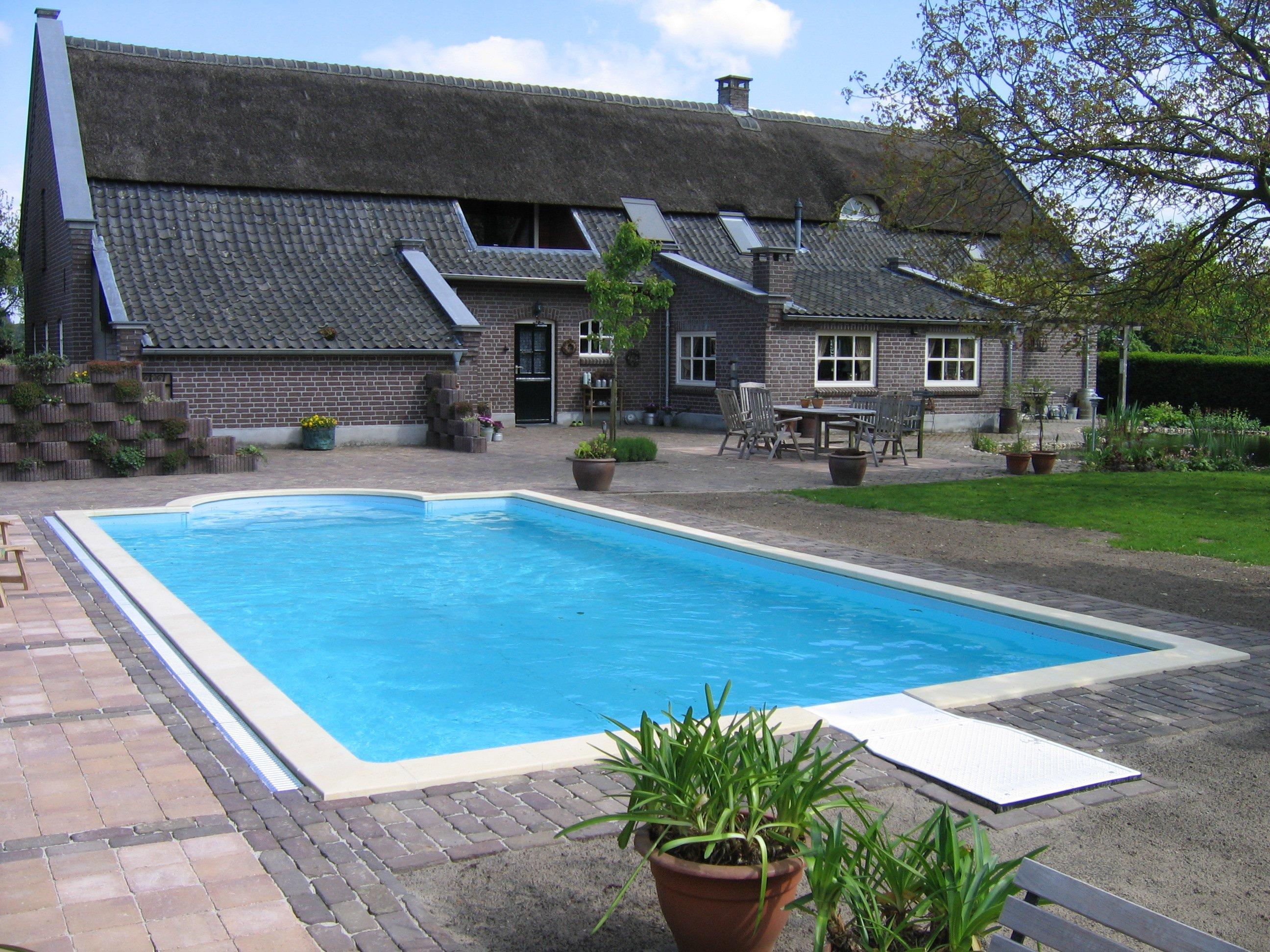 Buiten zwembad in de tuin met verwarming of overkapping for Eigen zwembad in de tuin